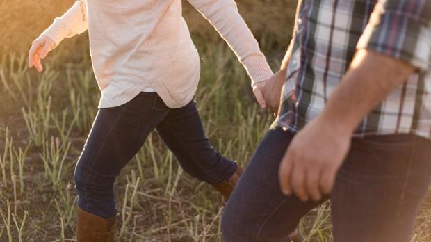Zakochana para spaceruje po polu
