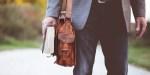 Mężczyzna trzymający Pismo Święte