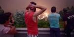 Mężczyzna patrzy na pożar trawiący lasy w Portugalii