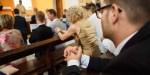 Ludzie modlący się w kościele