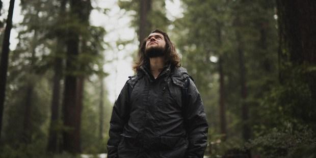 Mężczyzna stoi w środku lasu
