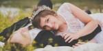 Przytulone małżeństwo leży na łące