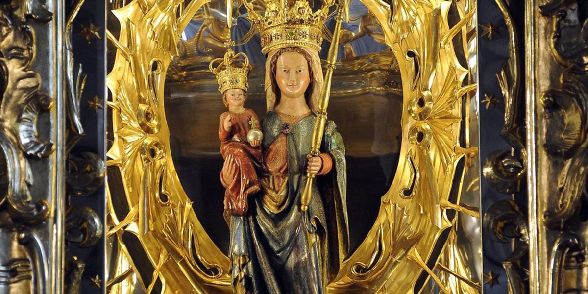 Figura Matki Bożej w ołtarzu w Leśniowie