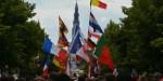 Flagi różnych państw na tle Jasnej Góry