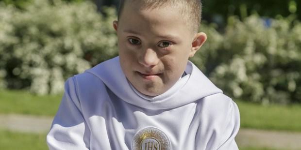 Chłopiec z zespołem Downa i jego pierwsza Komunia
