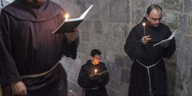 Mnisi idą w procesji modlitewnej
