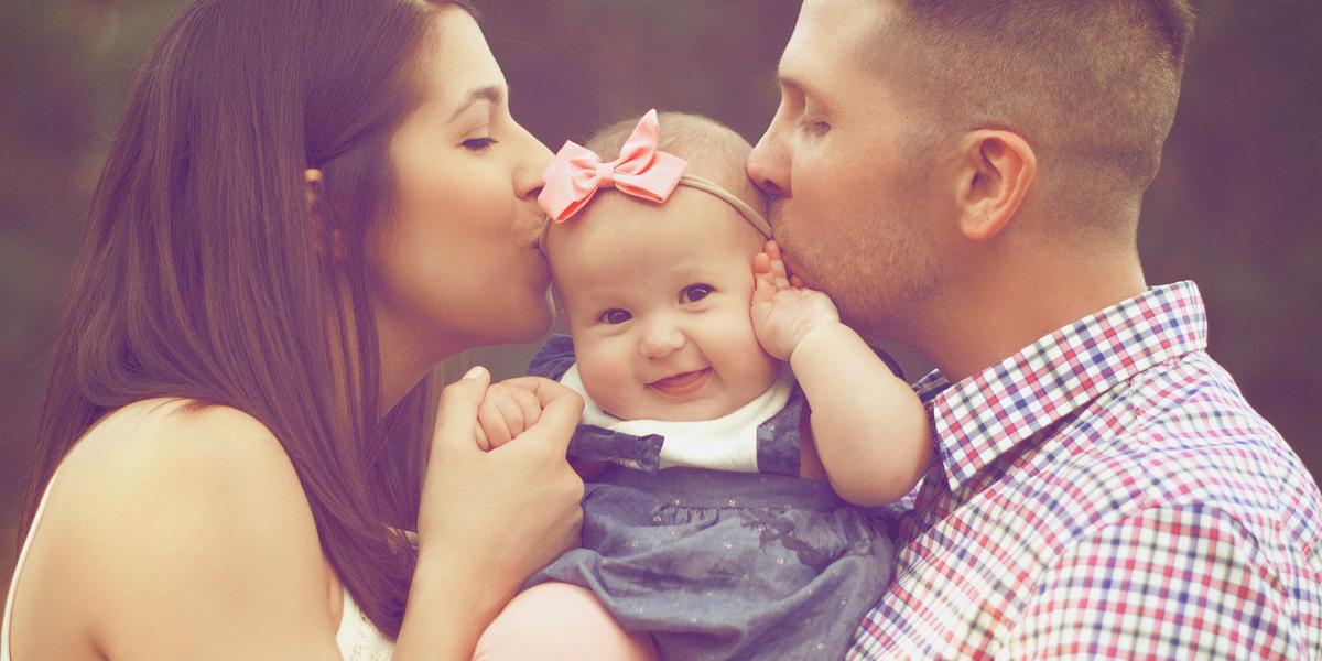 Rodzice całują swoją córkę