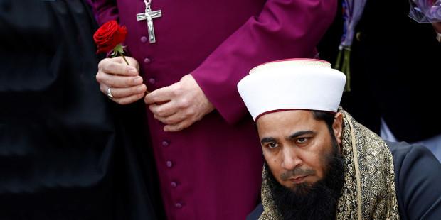 Muzułmański imam, za nim biskup