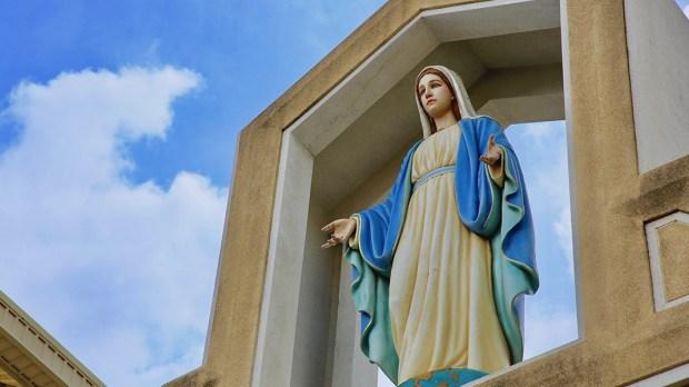 Figura Matki Bożej na tle nieba
