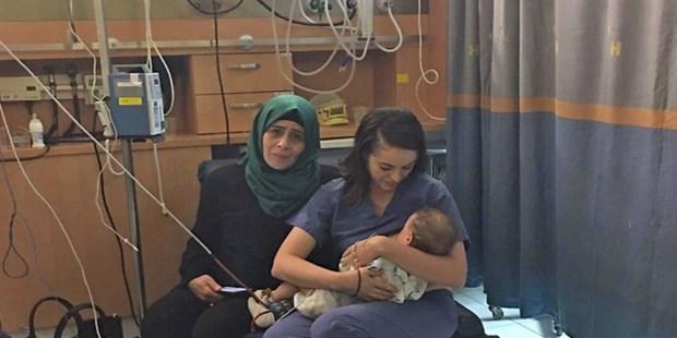 Żydowska pielęgniarka karmi piersią palestyńskie niemowlę