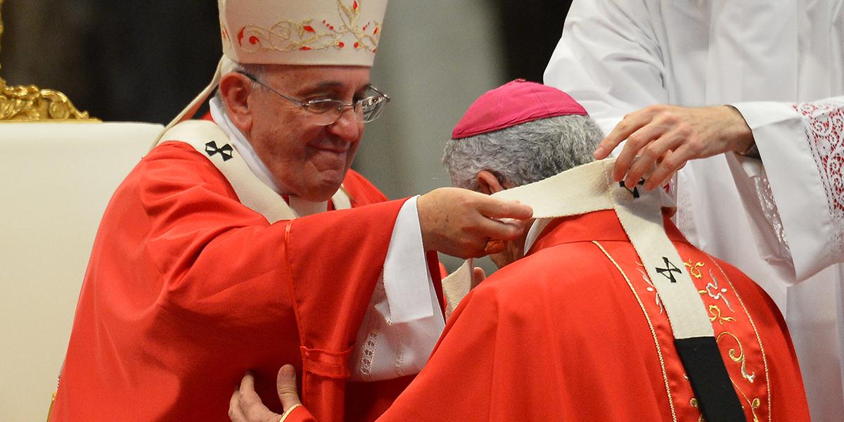 Papież Franciszek zakłada paliusz jednemu z metropolitów