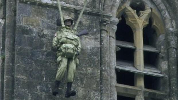 Figura spadochroniarza na wieży kościoła