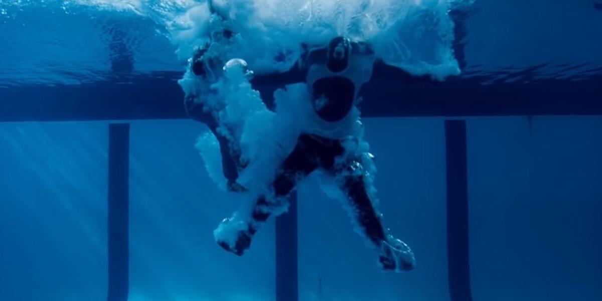 Scena z filmu, w której bohaterowie wpadają do basenu z wodą