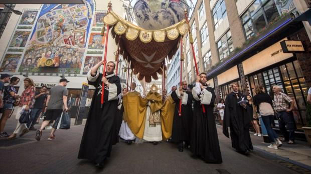 Procesja Bożego Ciała na ulicach Londynu