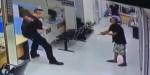 Policjant rozmawia z nożownikiem