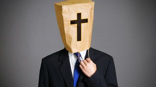 Mężczyzna z papierowa torbą na głowie