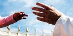 Ręka dziecka i papieża Franciszka