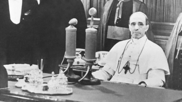 Papież Pius XII przy mikrofonie radiowym