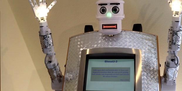 Robot unosi ręce w geście błogosławieństwa