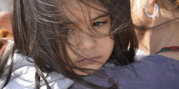 Smutna dziewczynka o arabskich rysach twarzy