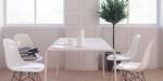 Białe krzesła i stolik, minimalistyczne wnętrze