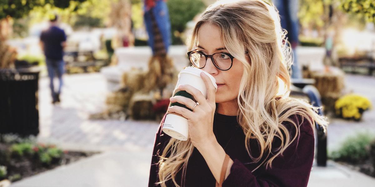 Dziewczyna trzymająca kubek z kawą