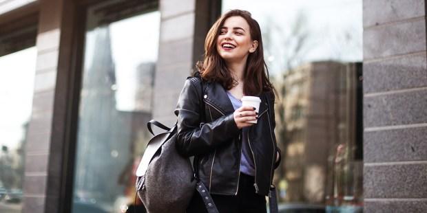 Uśmiechnięta kobieta w drodze do pracy