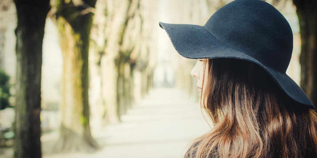 Kobieta w czarnym kapeluszu