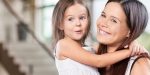 Matka z uśmiechniętą córką