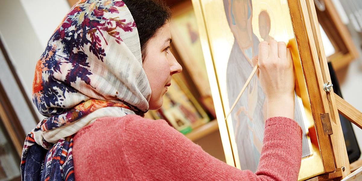 Kobieta pisze ikonę