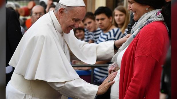 Papież Franciszek błogosławi dziecko w brzuchu matki