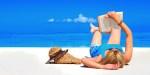Kobieta czyta książkę na plaży
