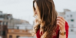 Dziewczyna z twarzą zasłoniętą włosami