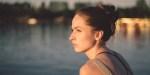 Smutna kobieta nad brzegiem jeziora