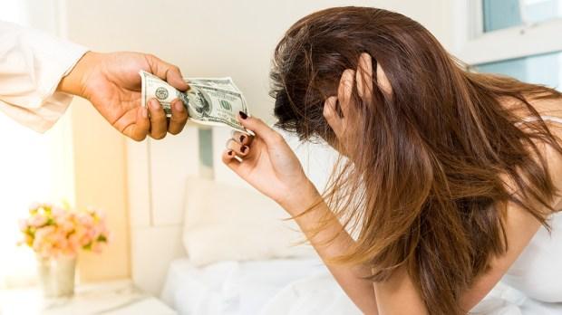 Młoda dziewczyna odbiera zapłatę za swoje usługi