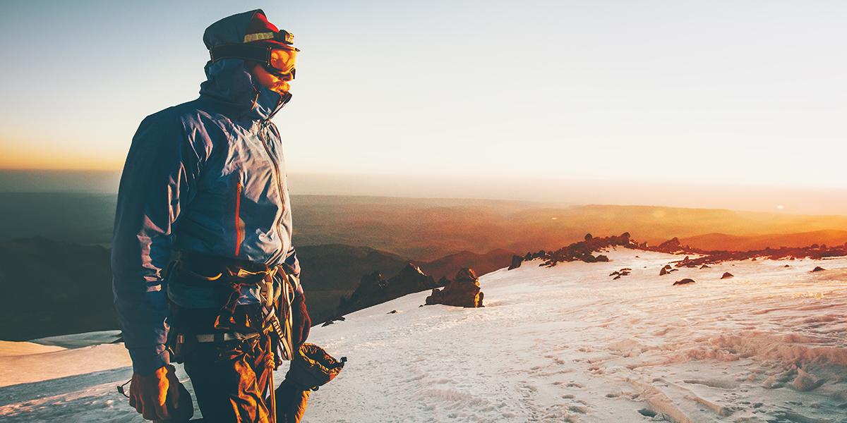 Alpinista w górach zimą
