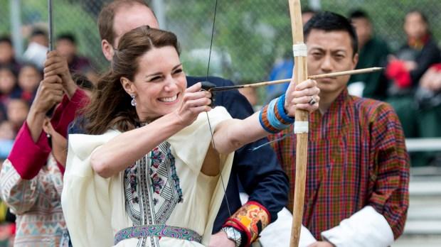 Księżna Kate strzela z łuku