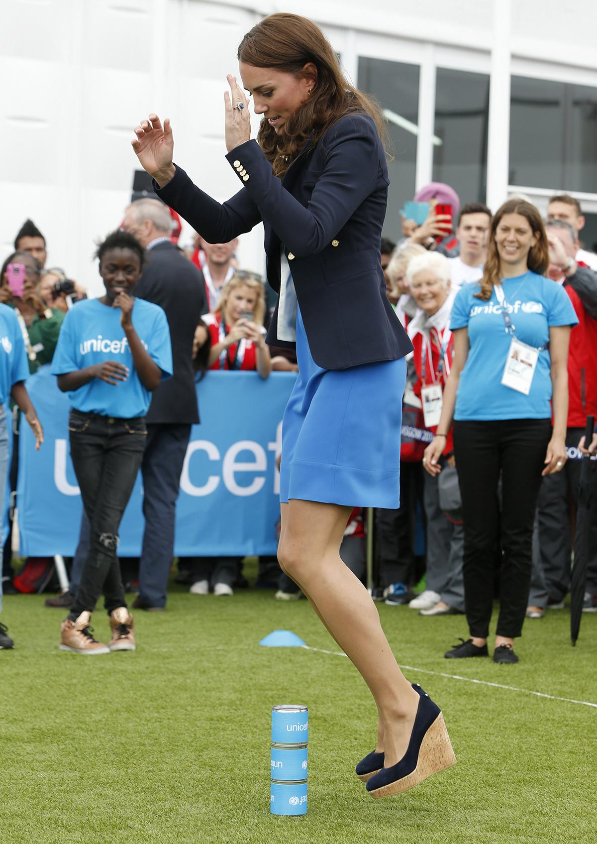 Księżna Kate skacze przez puszki w koturnach