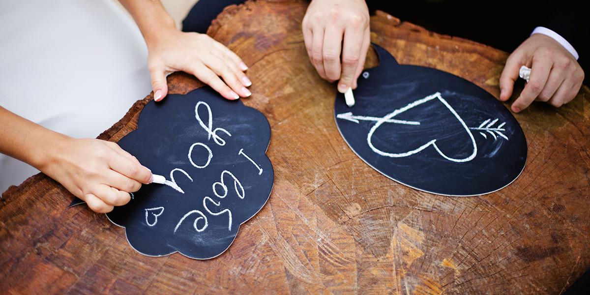 Para rysująca i pisząca na tabliczkach miłość