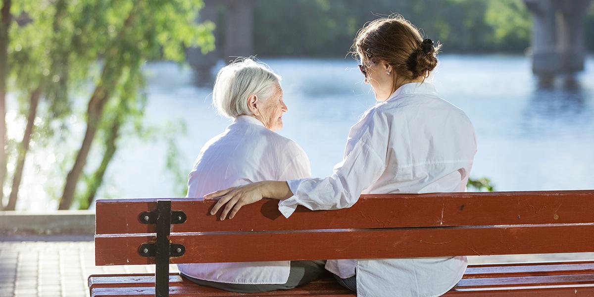 Dwie kobiety na ławce