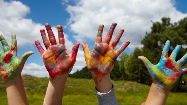 Ręce pomalowane farbami