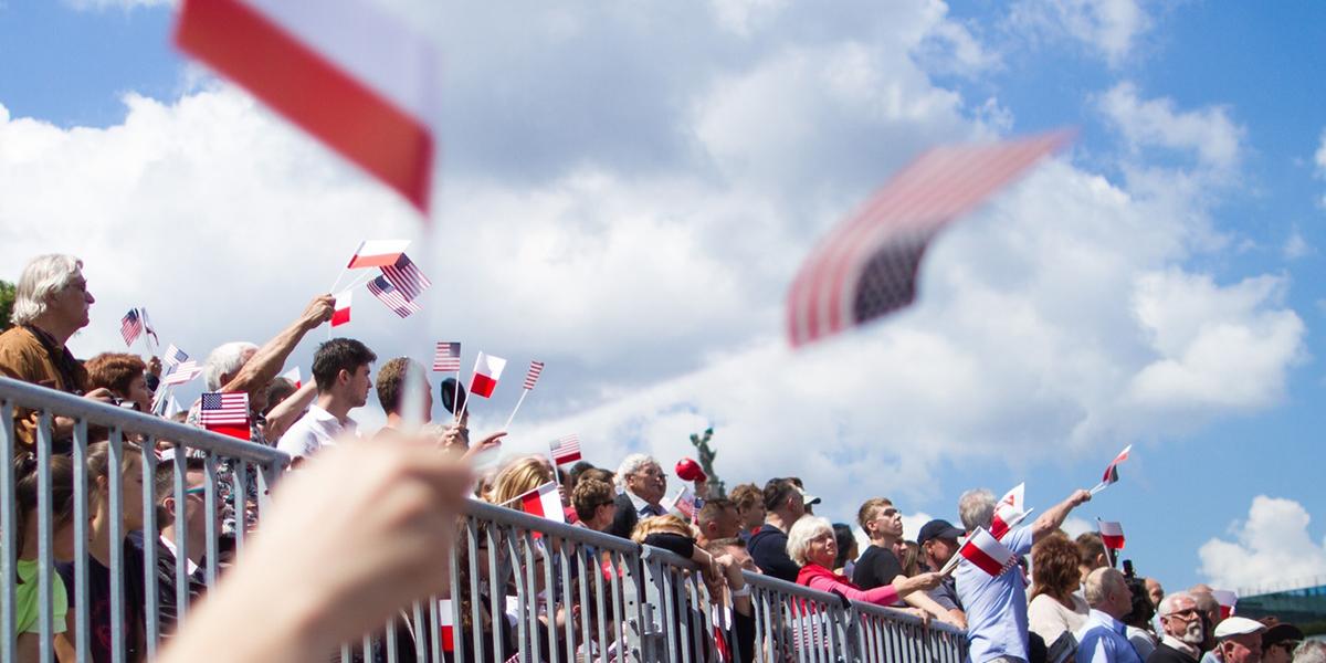 Tłum witający prezydenta Donalda Trumpa w Polsce