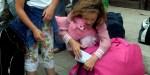 Dziewczynka pakuje ostatnie rzeczy do torby