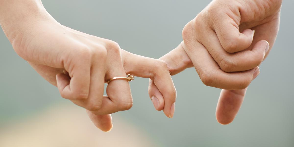 Para trzyma się za palce