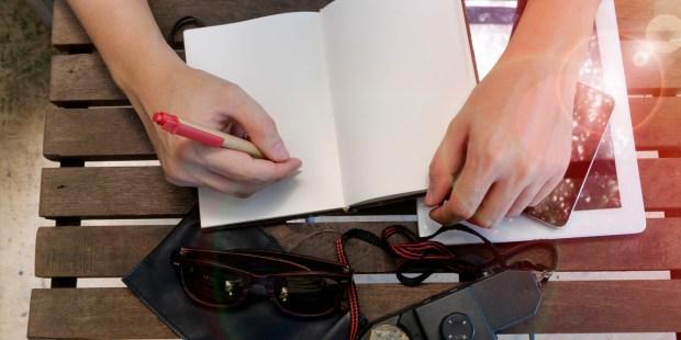 Mężczyzna zaczyna pisać w notesie