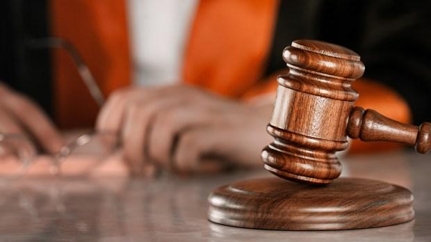 Młotek w sądzie