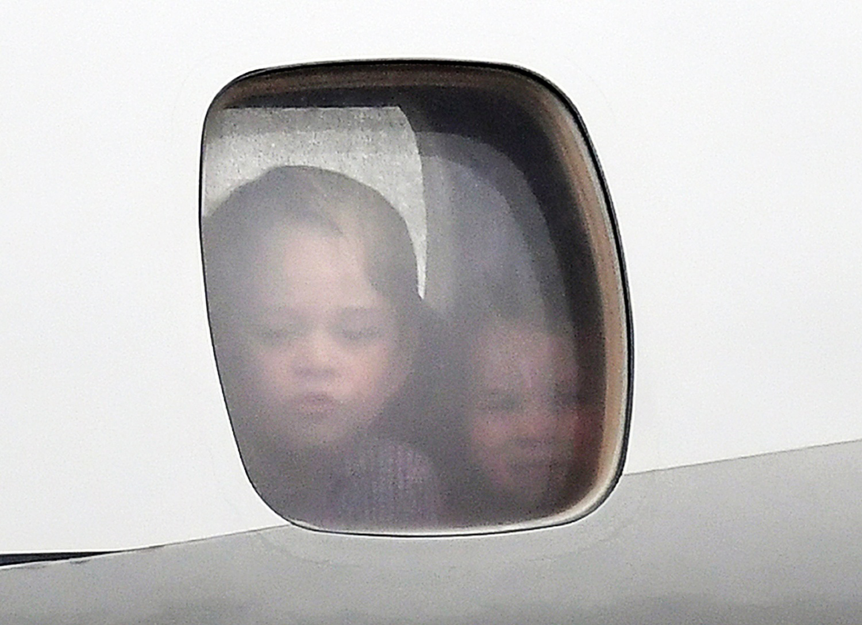 Książe George i Księżniczka Charlotte w oknie samolotu na lotnisku w Warszawie