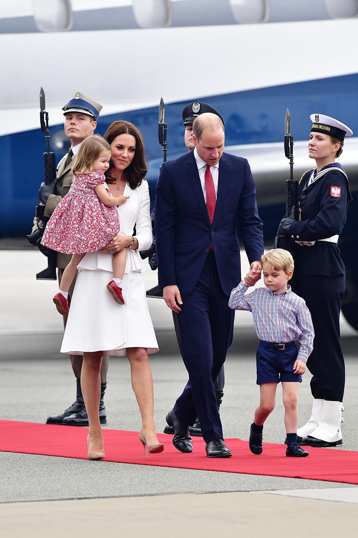 Księżna Kate i Książe Wiliam z dziećmi na lotnisku w Warszawie