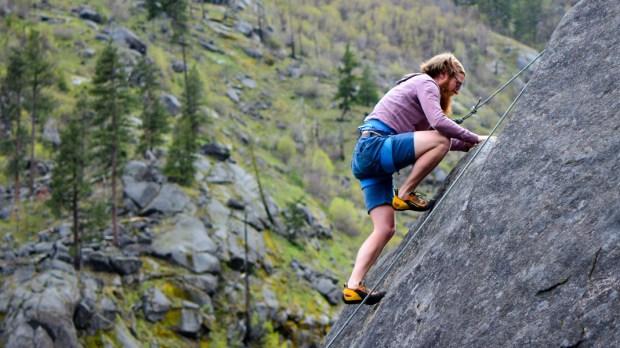 Mężczyzna wspina się w górach