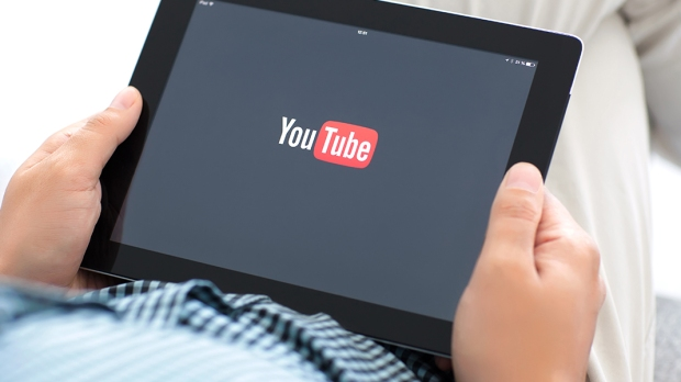 Mężczyzna ogląda YouTube na tablecie